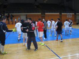 Sportski pozdrav na kraju sinoćne utakmice Servis Kudrić i Debeli zmaj   Foto: Vlastimir Jankov