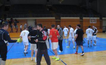 Sportski pozdrav na kraju sinoćne utakmice Servis Kudrić i Debeli zmaj | Foto: Vlastimir Jankov