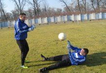 Dvojica golmana, Marko Živkov na travi i Isidor Milovanov stoji, nemaju mnogo posla | Foto: Vlastimir Jankov