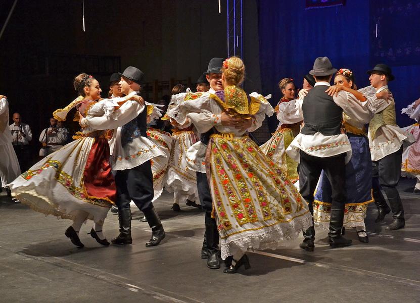 Lepota igre je jedinstvo nošnje i koreografije - Foto: V. Reljin