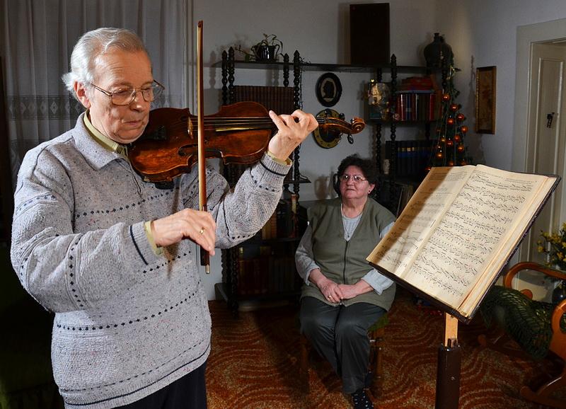 U trenucima odmora Viktor i supruga uzivaju u zvucima violine - Foto V. Reljin