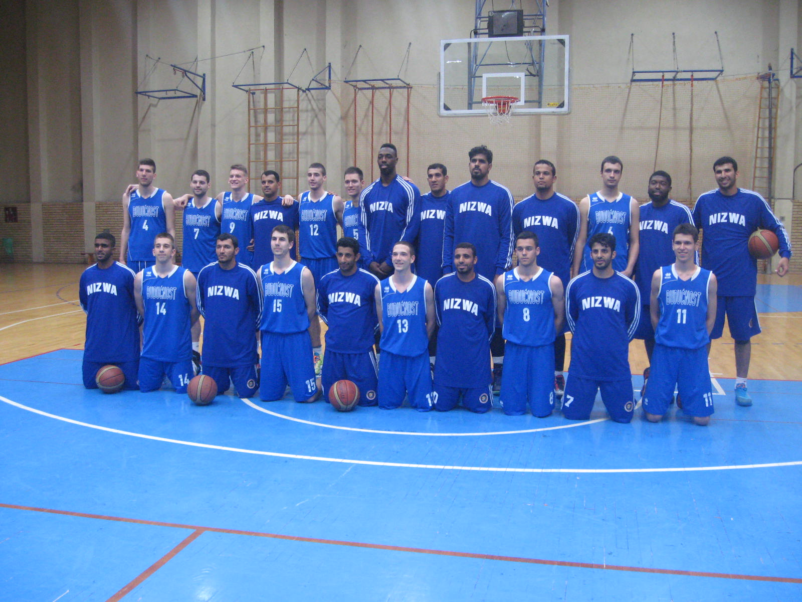 Zajednički snimak košarkaša novosadske Budućnosti i Nicve iz Omana   Foto: Vlastimir Jankov