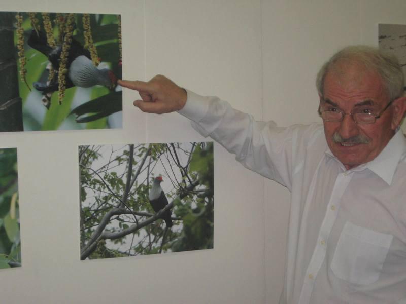 Autor Vuko Laban kraj slike sejšelskog plavog goluba   Foto: Vlastimir Jankov
