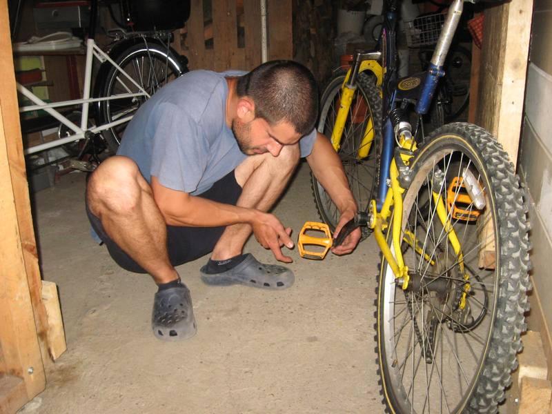 Bojan Biga s lakoćom popravlja bicikl | Foto: Vlastimir Jankov