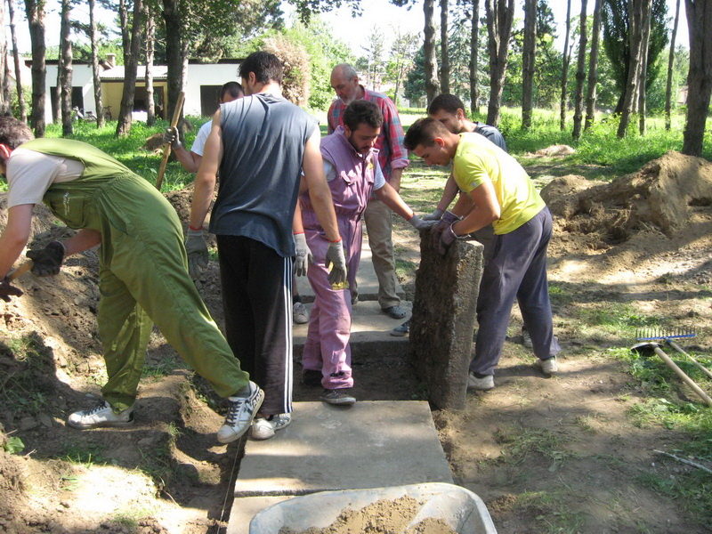Za postavljanje teških betonskih ploča trebali su znanje i snaga | Foto: Vlastimir Jankov