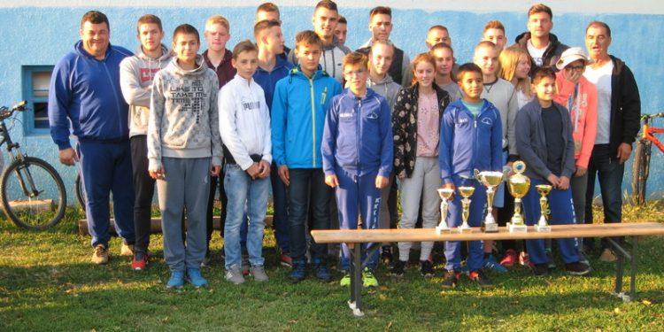 Kajakaši Bečeja sa trenerom i članovima rukovodstva | Foto: Vlastimir Jankov