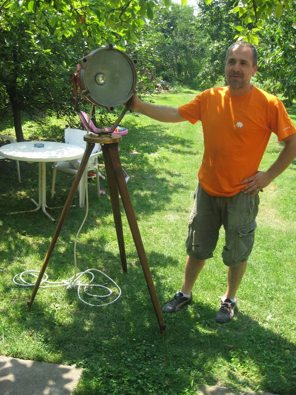 Spojio je geometarske nogare i naftaški reflektor   Foto: Vlastimir Jankov