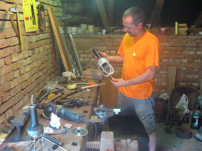 Bojan je najzadovoljniji u improvizovanoj radionici   Foto: Vlastimir Jankov