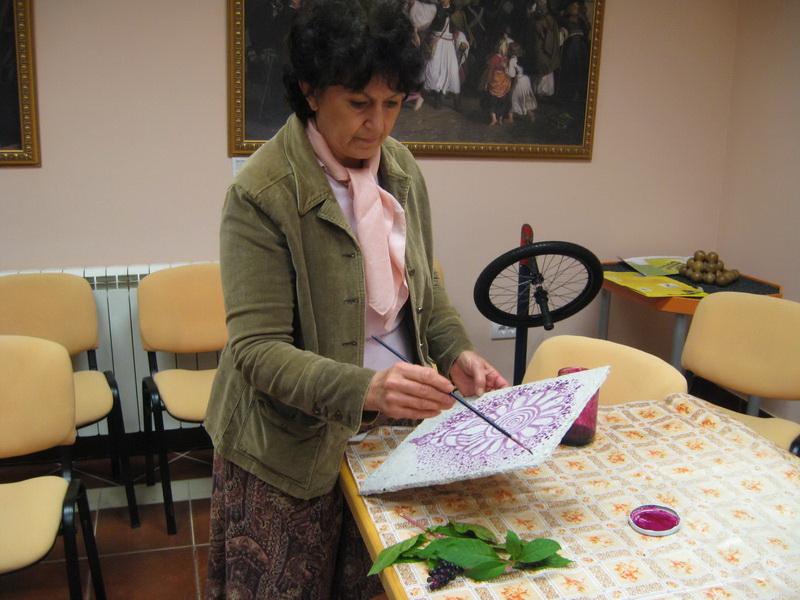 Piroška Tot Kaša je slikala prirodnim bojama na podlozi od recikliranog materijala | Foto: Vlastimir Jankov