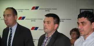 Predsednik bečejskih naprednjaka Vuk Radojević u društvu bivšeg i sadašnjeg kuma | Foto: Vlastimir Jankov