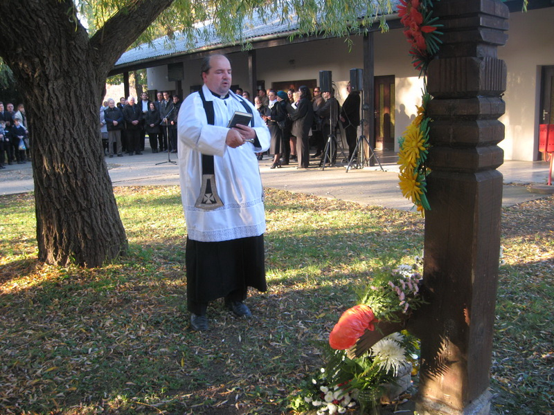 Sveštenik Laslo Fuderer je osveštao Spomen obeležje kraj kapele | Foto: Vlastimir Jankov