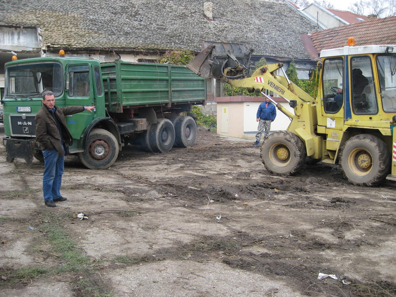 Dragan Živkov Džaja dobio je posao rušenja oronulog objekta | Foto: Vlastimir Jankov