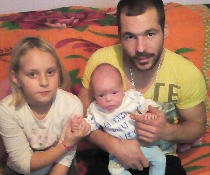 Mali borac sa ocem i sestricom