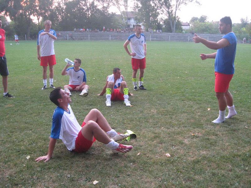 Trener Strahinja Vasković s grupom fudbalera Jedinstva | Foto: Vlastimir Jankov