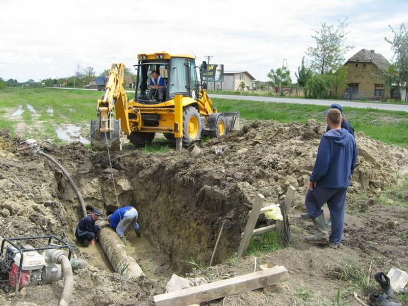 Popravka dotrajale vodovodne mreže je zahtevan posao | Foto: Vlastimir Jankov