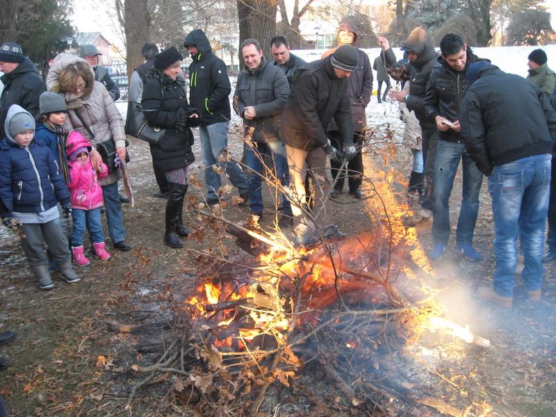 Zapaljeni badnjak u crkvenoj porti ugrejao je vernike | Foto: Vlastimir Jankov