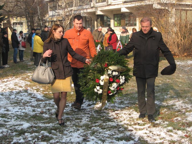 Delegacija lokalne samouprave je prva položila venac | Foto: Vlastimir Jankov
