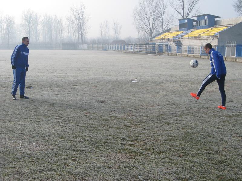 Zamrzniti teren na Gradskom stadionu nije pogodan za rad | Foto: Vlastimir Jankov