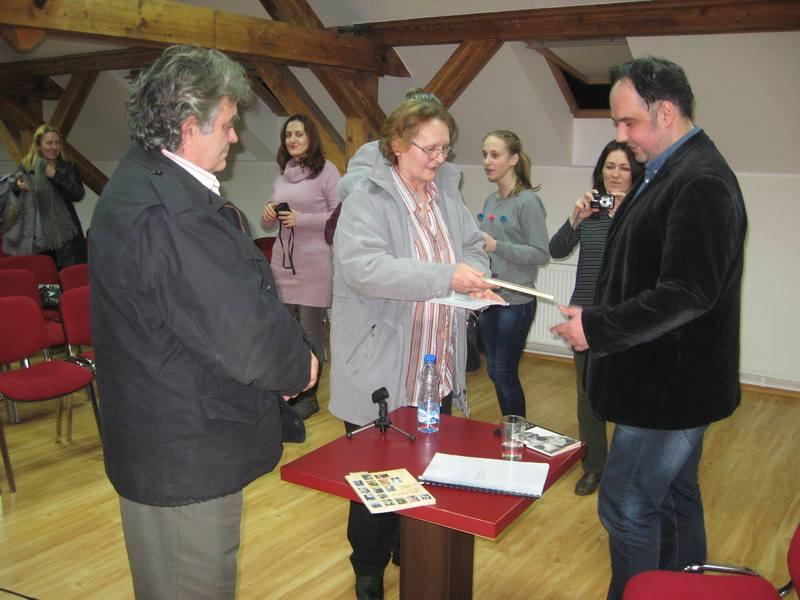 Pesnikinja Milica Mirić je u znak zahvalnosti za predivno druženje Nebojši Iliću uručila knjigu svojih pesama   Foto: Vlastimir Jankov