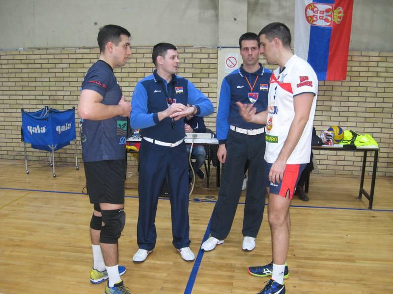Kapiteni sa sudijama pre početka okršaja Bečej - Bavanište   Foto: Vlastimir Jankov