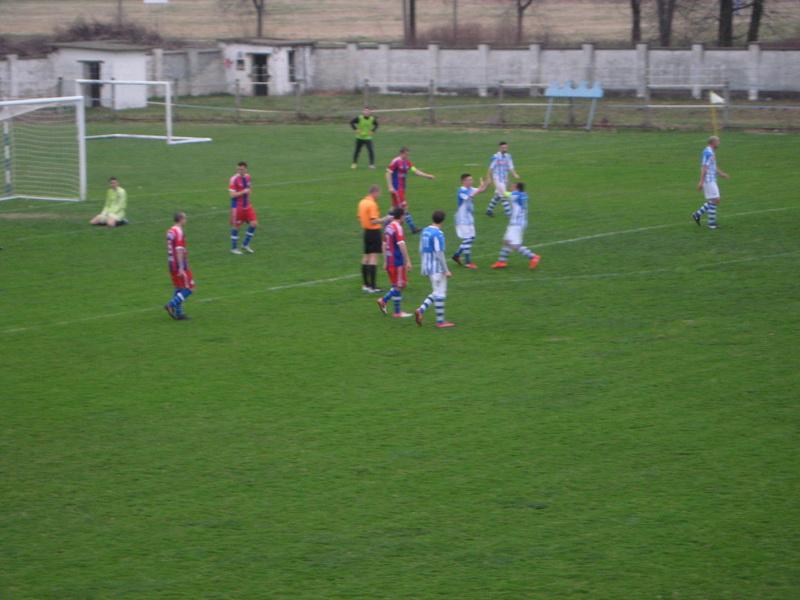 Čestitanje Ognjenu Đuričinu posle njegovog drugog gola na utakmici | Foto: Vlastimir Jankov