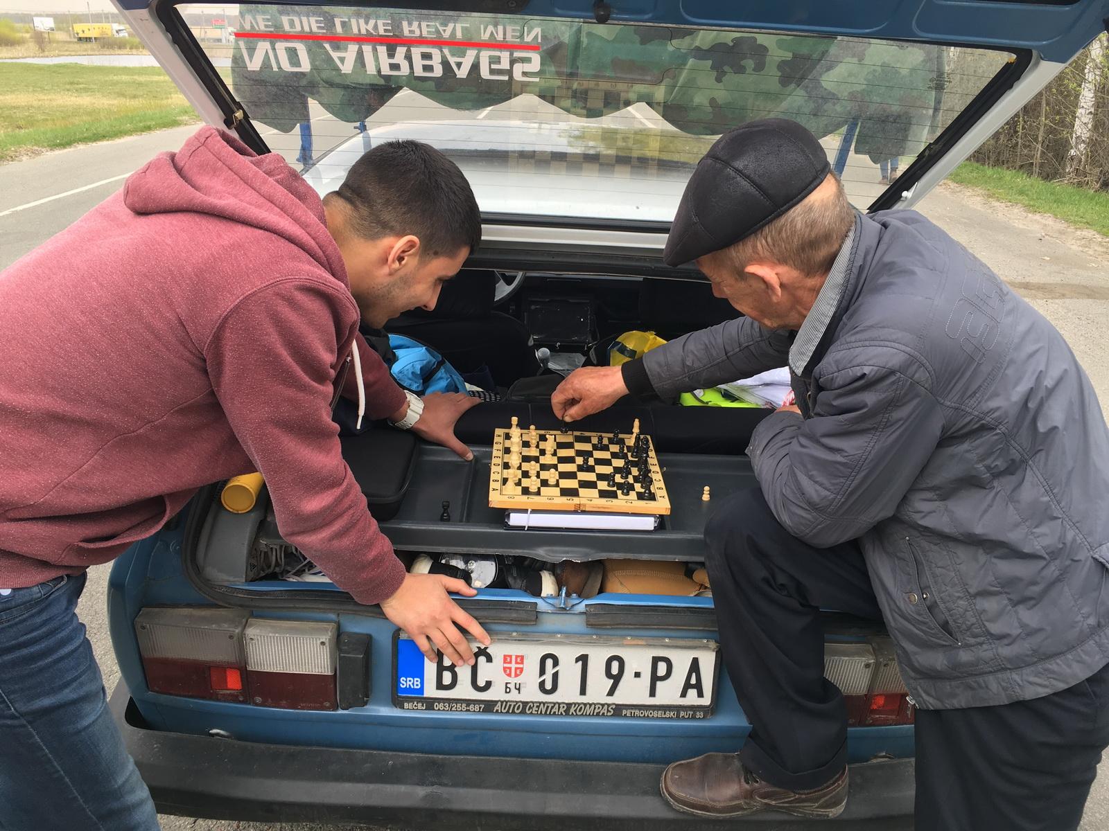 Dok smo čekali na granici malo smo se opustili uz šah
