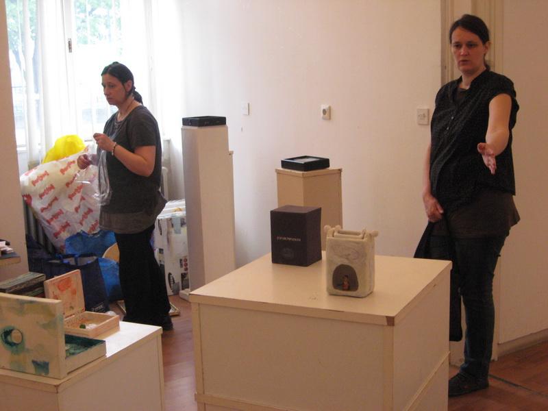 Ana i Jelena postavljaju izložbu u Bečeju   Foto: Vlastimir Jankov
