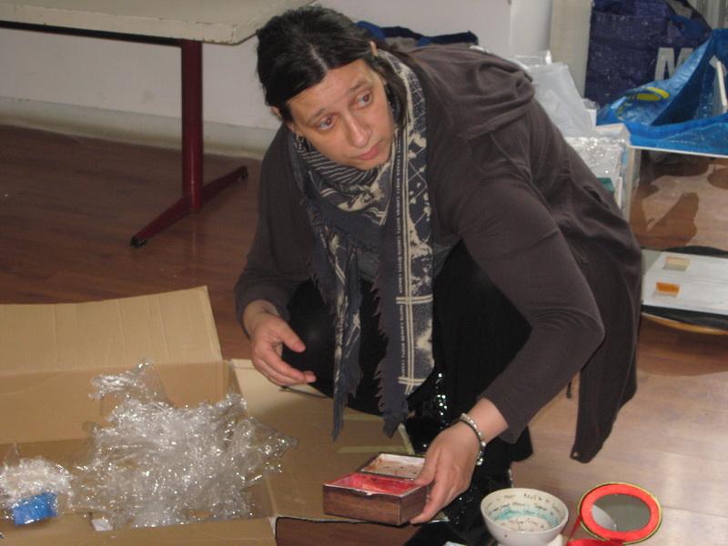 Jelena Ilić prilikom raspakivanja izložbenih eksponata   Foto: Vlastimir Jankov