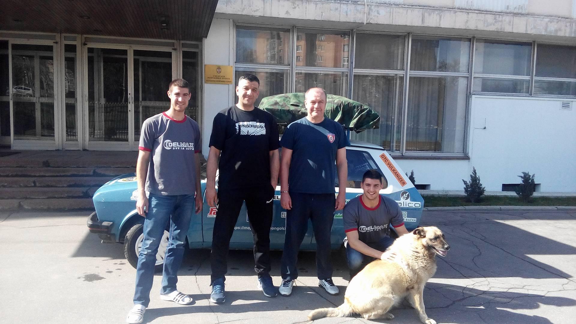 Ispred ambasade Republike Srbije u Moskvi