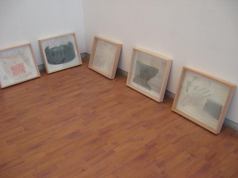 Slike na papiru i staklu čekaju na mesto izlaganja   Foto: Vlastimir Jankov