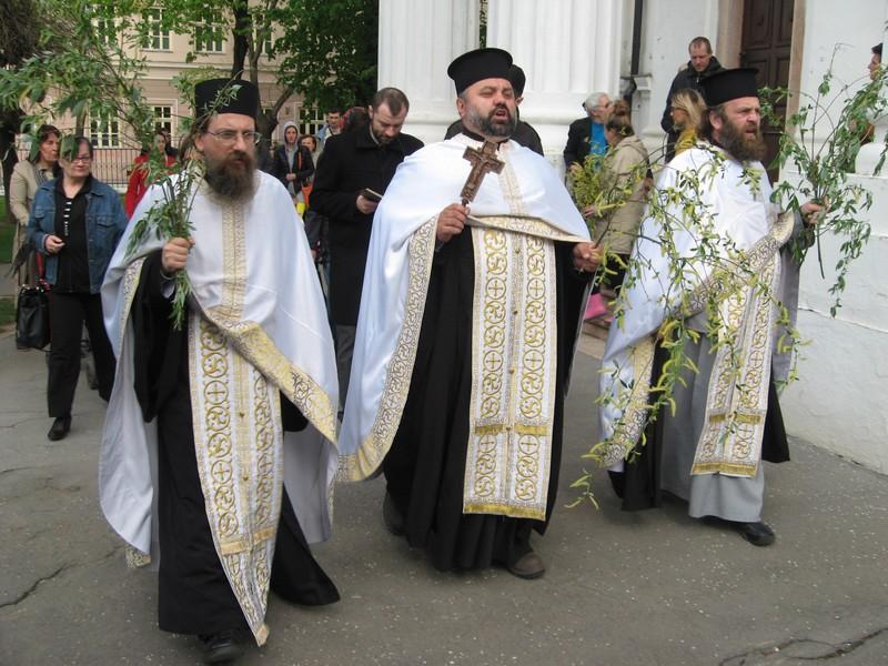 Sveštenici Petar Bikar, Dejan Stanojev i Slobodan Lazić predvode litiju | Foto: Vlastimir Jankov