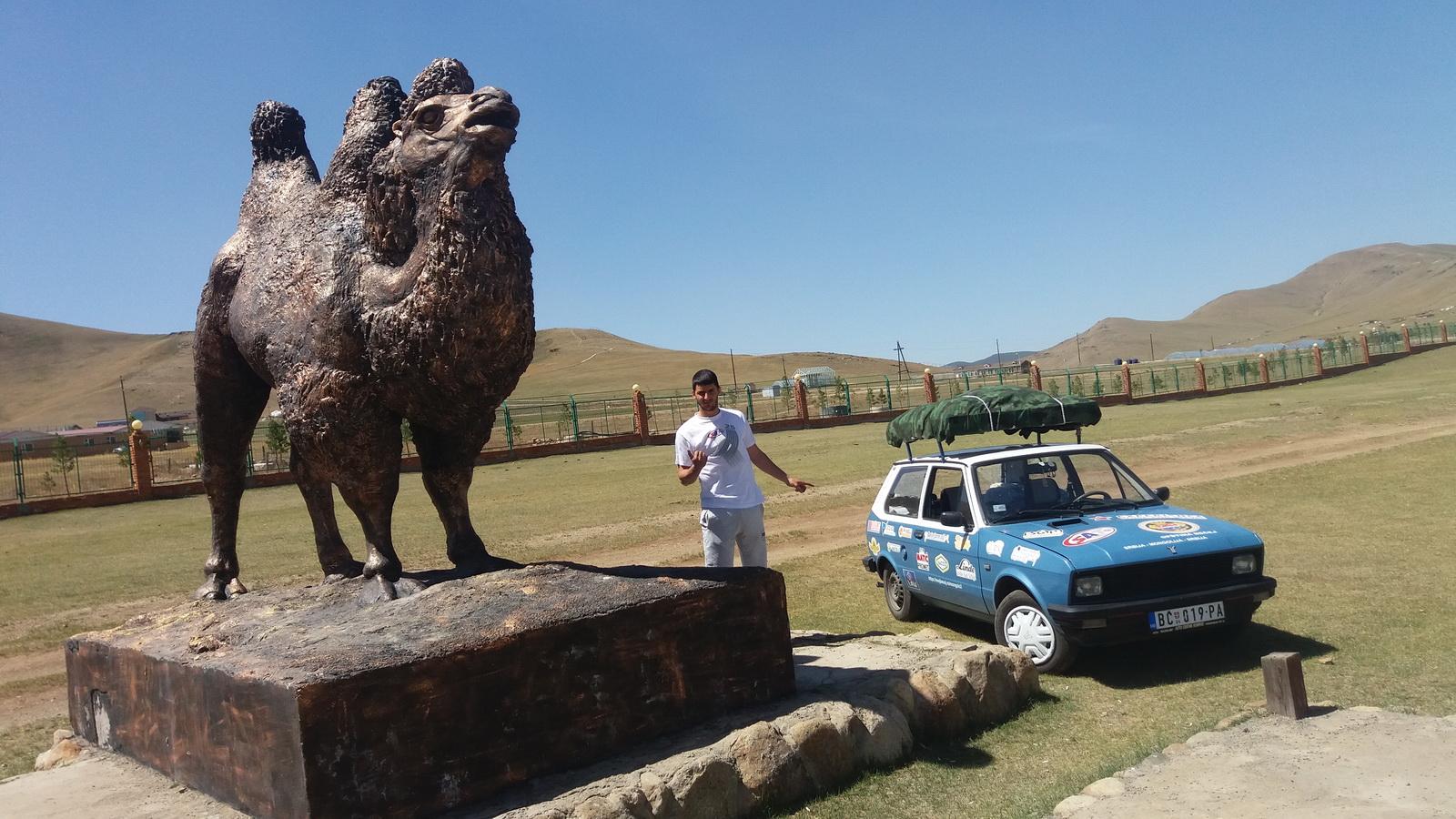 Spomenik neznanoj kamili