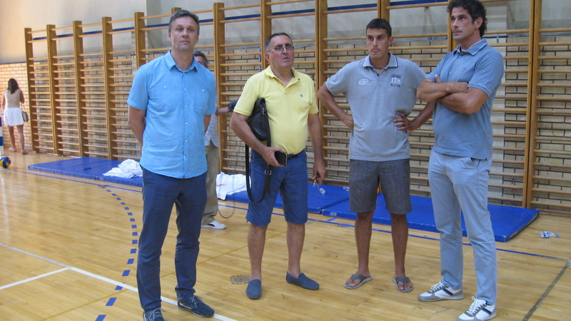 Pokrajinski sekretar za omladinu i sport Vladimir Batez posetio je odbojkaški kamp u Bečeju | Foto: Vlastimir Jankov