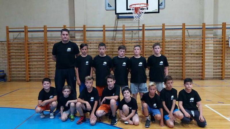 Dečaci Bečej s trenerom Milanom Brkljačem