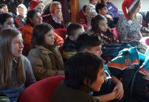 """Arhivska fotografija: Paketići za decu iz programa socijalno-pedagoške podrške """"Pruži mi ruku"""" Lokalnog plana akcije za decu"""
