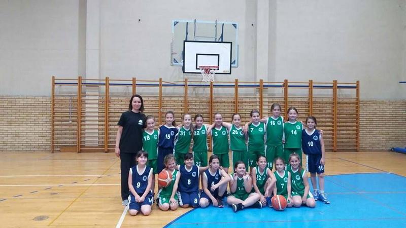 Devojčice Bečeja s trenerom Ksenijom Stakić