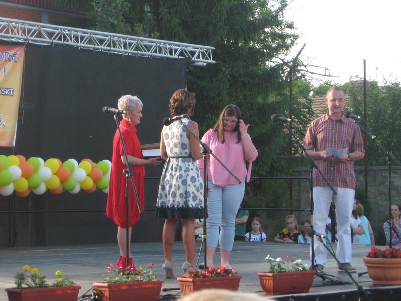 Uručenje nagrade učenici generacije Anastasiji Perić | Foto: Vlastimir Jankov