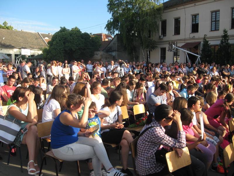 "Prepuno školsko dvorište ""zdravkovaca"" i njihovih roditelja | Foto: Vlastimir Jankov"
