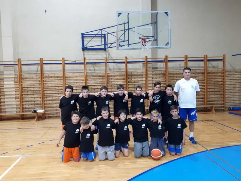 Dečaci KK Bečej s trenerom Milanom Brkljačem