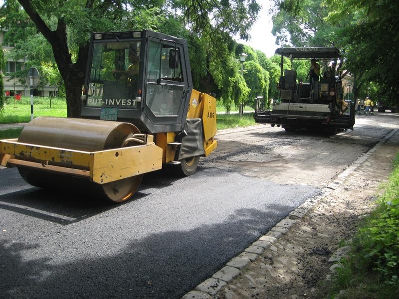 Kolovoz u bečejskoj Ulici Braće Tan presvučen novim slojem asfalta | Foto: Vlastimir Jankov