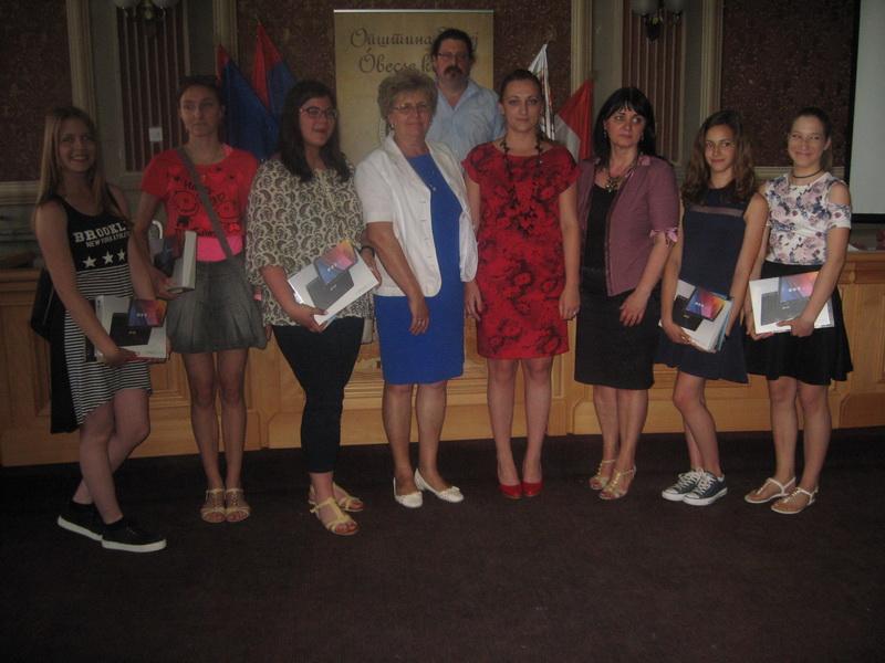 Učenici generacije s predstavnicima lokalne samouprave | Foto: Vlastimir Jankov