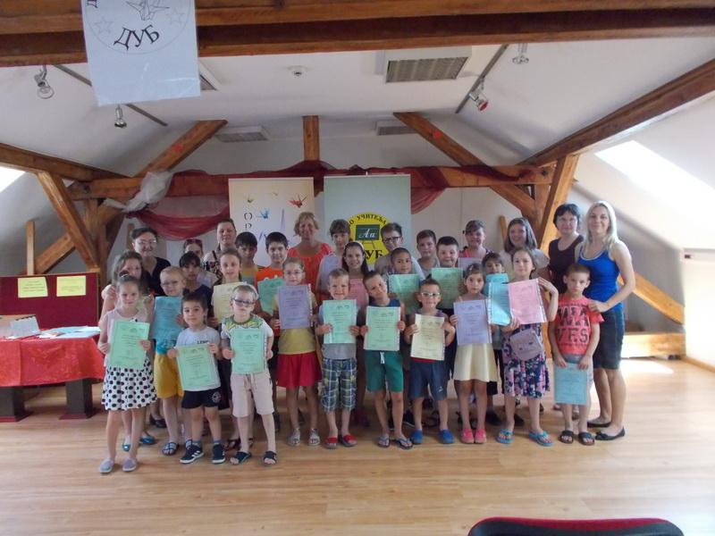 Deo učesnika Dečijeg origami kampa u Bečeju sa instruktorkama
