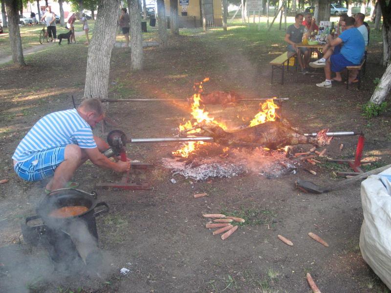 Pored krčkanja čorbe u kotliću, Bočarci redovno potpale vatru i ispod ražanja... | Foto: Vlastimir Jankov