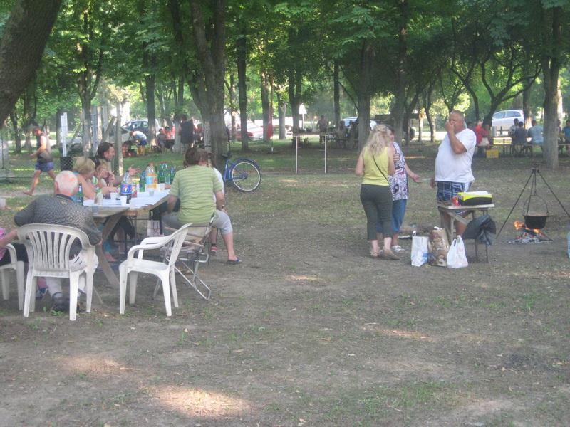 Sa lanjskog takmičenja kulinara u hladovini parka između dve crkve | Foto: Vlastimir Jankov