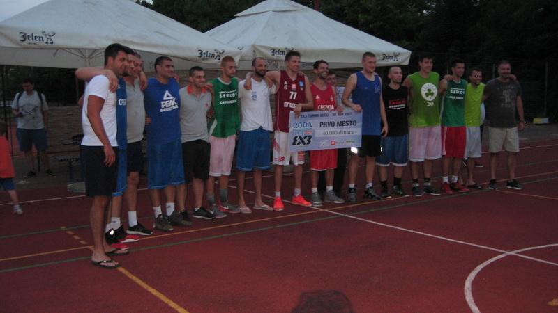 Tri prvoplasirene ekipe bečejskog turnira sa organizatorima i sudijama | Foto: Vlastimir Jankov