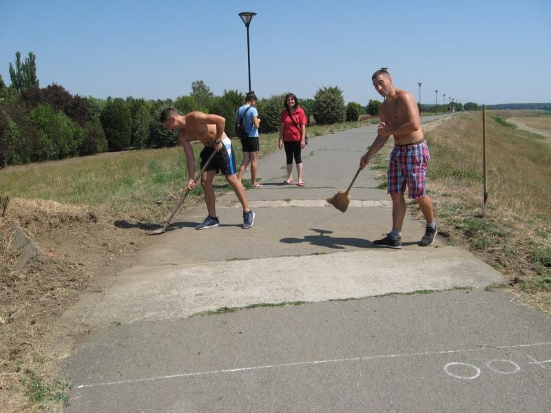Atletičari uređuju stazu za maraton   Foto: V. Jankov