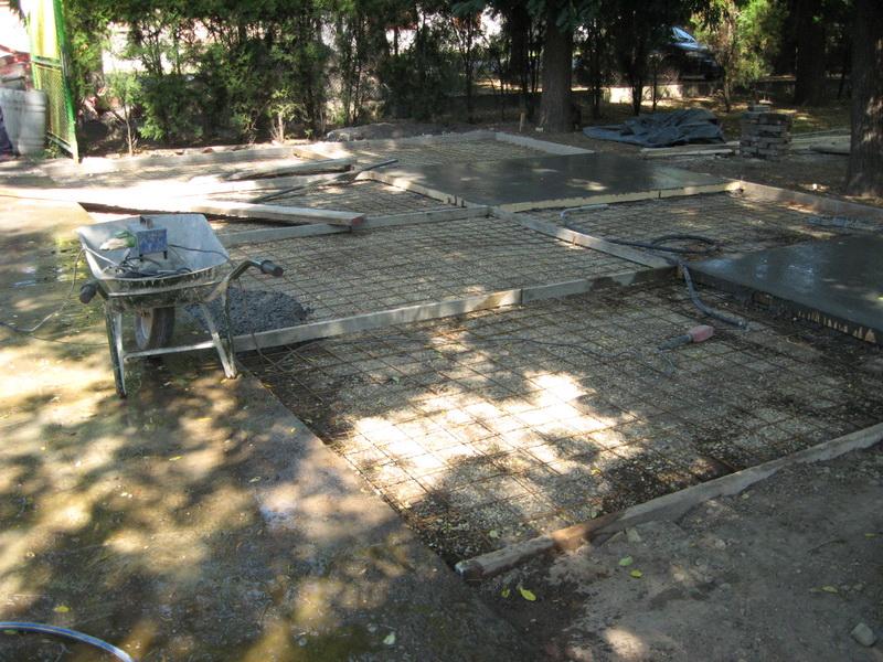 U toku betoniranje u dvorišnom prostoru | Foto: Vlastimir Jankov