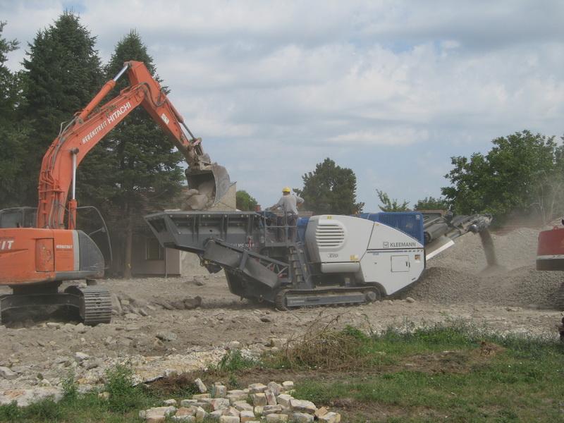 Gromade betona ulaze, a mlaz drobljenog betona izlazi iz mašine | Foto: Vlastimir Jankov