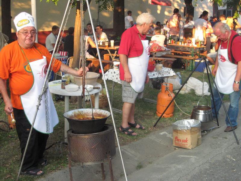 Kulinari sa zadovoljstvom učestvuju u takmičenju i druženju u Donjem gradu | Foto: Vlastimir Jankov