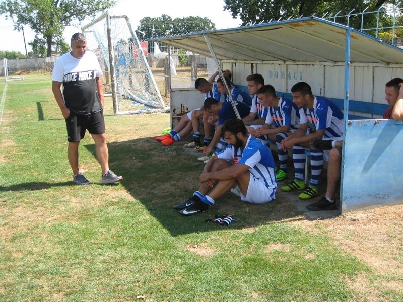 Trener Jovica Lakić i igrači u poluvremenu utakmice s Bačkotopolčanima | Foto: Vlastimir Jankov